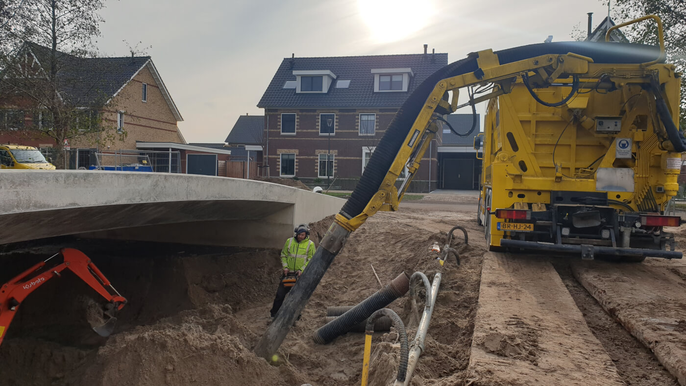 Zandzuigen onder brug Veenendaal