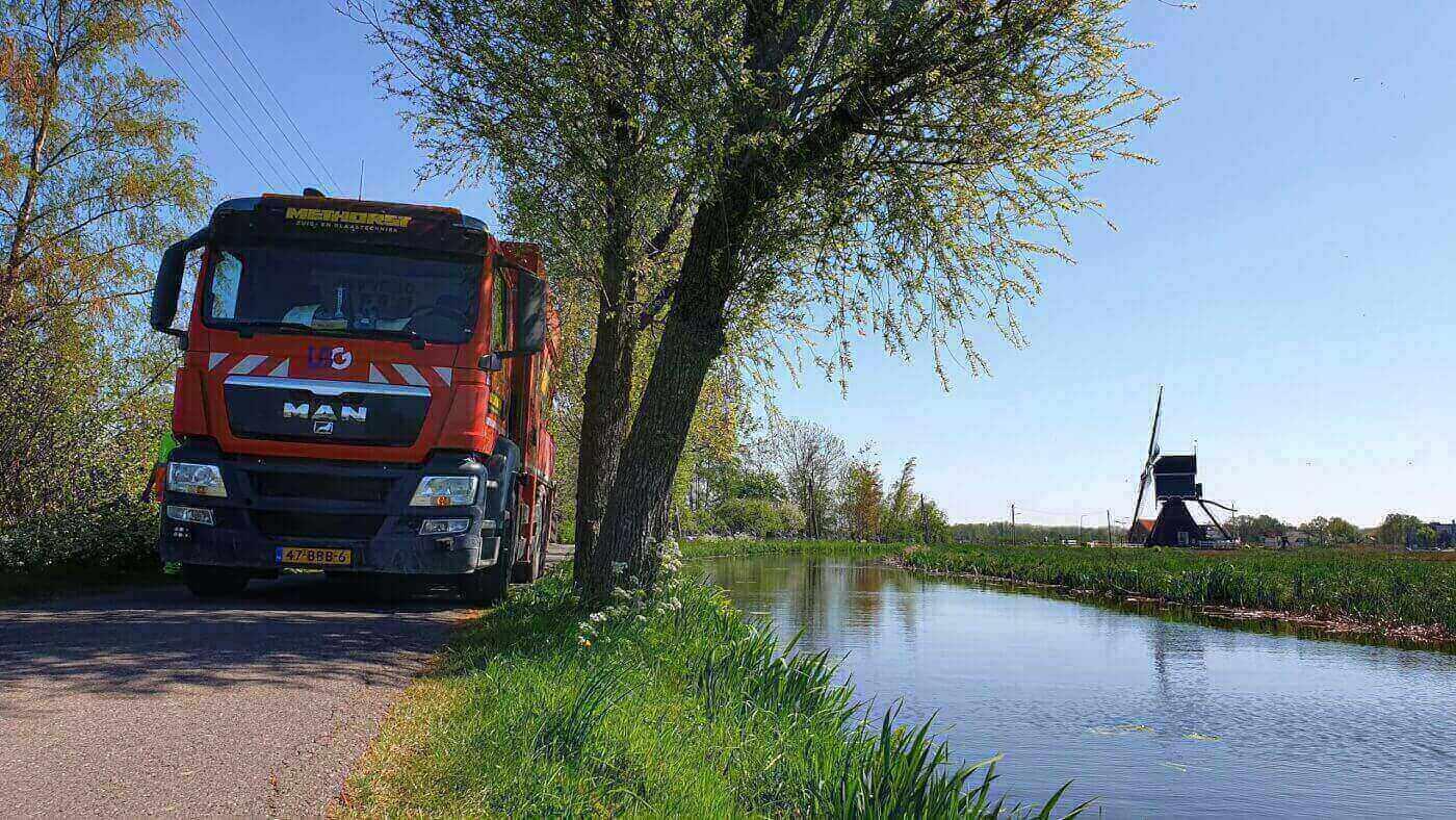 Sleuf zuigen in Vlist aan de Bonrepas t.b.v. de aanleg van een nieuwe elektriciteitskabel - Methorst Zuigtechniek