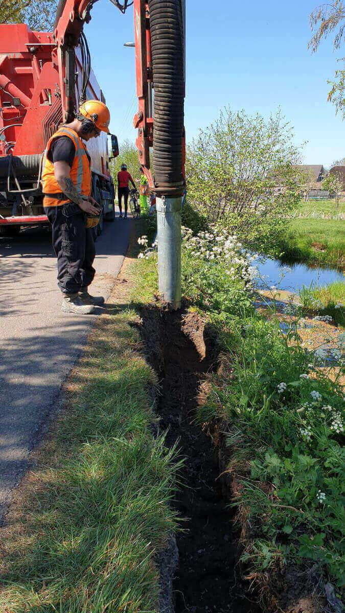 Sleuf zuigen t.b.v. de aanleg van een elektriciteitskabel in Vlist, Bonrepas Methorst Zuigtechniek