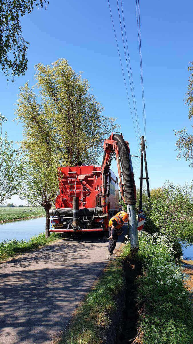 Sleuf zuigen aan de Bonrepas in Vlist t.b.v. de aanleg van een nieuwe elektriciteitskabel