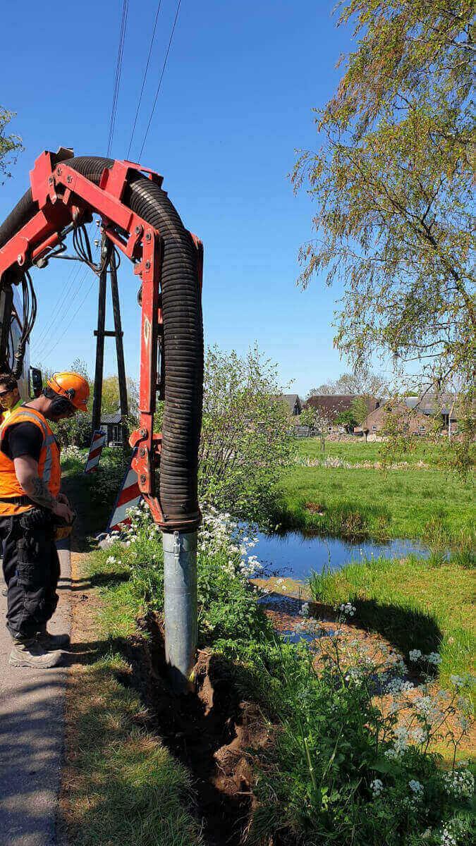 Sleuf zuigen aan de Bonrepas te Vlist t.b.v. de aanleg van een elektriciteitskabel - Methorst Zuigtechniek