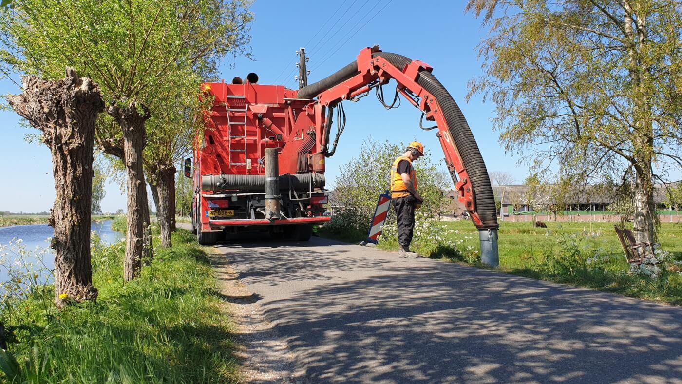 Sleuf zuigen t.b.v. de aanleg van een elektriciteitskabel in Vlist