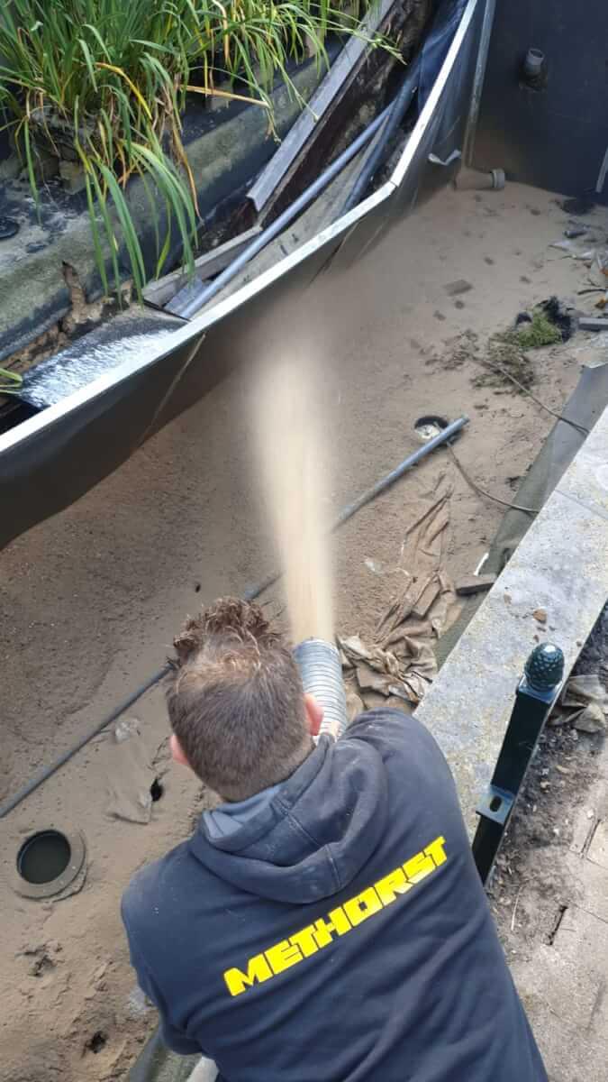 Zandblazen in vijver Methorst Zuig- en Blaastechniek